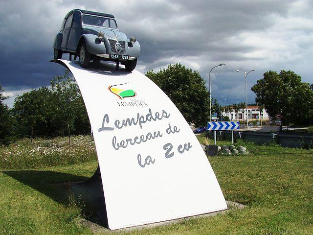 640px-Monument_commémoratif_de_l`invention_de_la_2CV_à_Lempdes