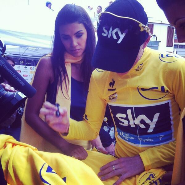 Chris Froome_Il s`habitue à signer maillot jaune