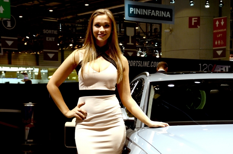 Salon de gen ve 2016 les belles h tesses for Salon geneve auto