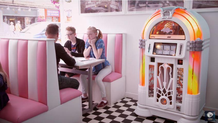 juke box_ `une_ machinerie _précise_pour_lire_la _musique_sur_CD