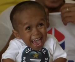 Junrey Balawing, 59.9 cm, homme le plus petit du Monde (Philippin de 18 ans)