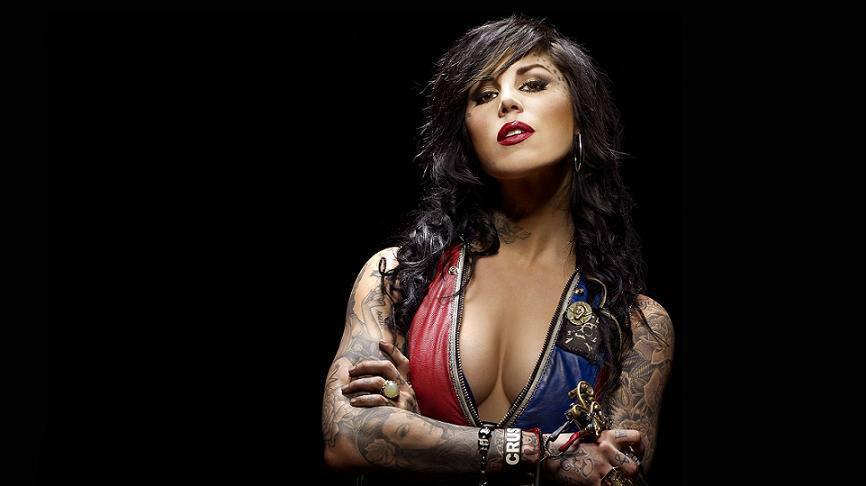 Kat- Von- D-avec-sa-machine-à-tatouer