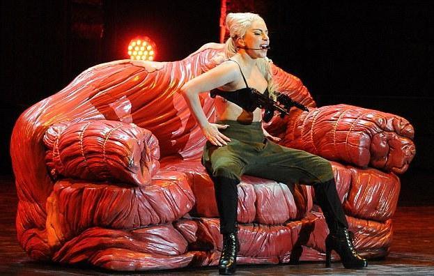 Lady Gaga_fait son hit sur un canapé de viande_mesfavorisites.com