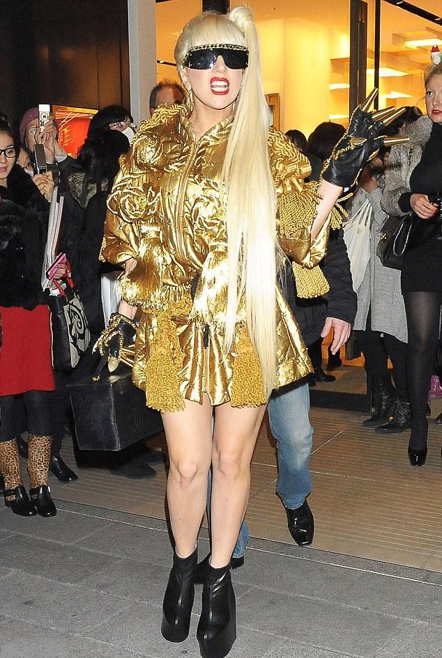 lady- gaga- sa- griffe -emblématique- une- paire- de gants- aux -doigts- d`or