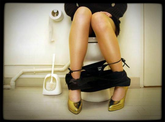 la- police -enquête- dans -les- toilettes- d`un -hôtel