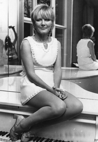 Britannique Petula Clark, devenue connue en France grâce à Gainsbourg et à Boris Vian.