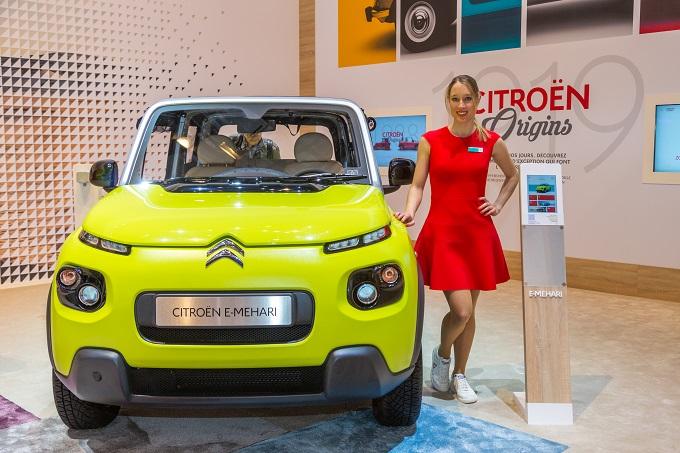 Salon-auto-Genève-2017-Hôtesse-et-Citroën E- Mehari
