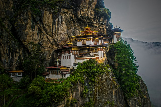 voyage , architecture , religion , dehors , nature , tourisme , ciel , vieux , arbre , eau , antique , temple , bâtiment , rocher , montagne , panoramique , traditionnel