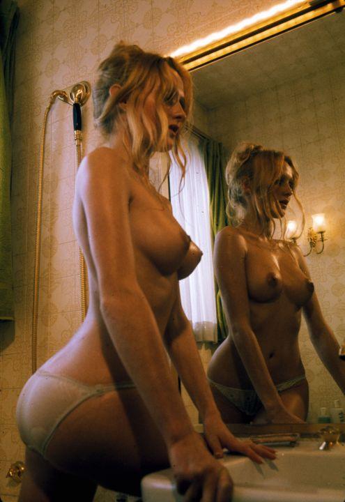 une photo dune jeune femme qui pose dans la salle de bains -CLAUDE-FRANCOIS-absolu