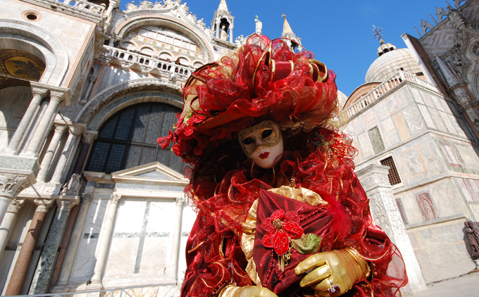 Venezia_-_Maschera_in_Piazza_San_Marco